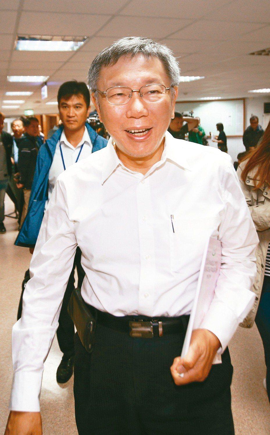 台北市長柯文哲上午回應手機民調與丁守中提出選舉無效之訴若一審敗訴該如何?柯表示自己是潛力股,11月二審完再講,在還沒發生之前,不要浪費時間。 記者蘇健忠/攝影