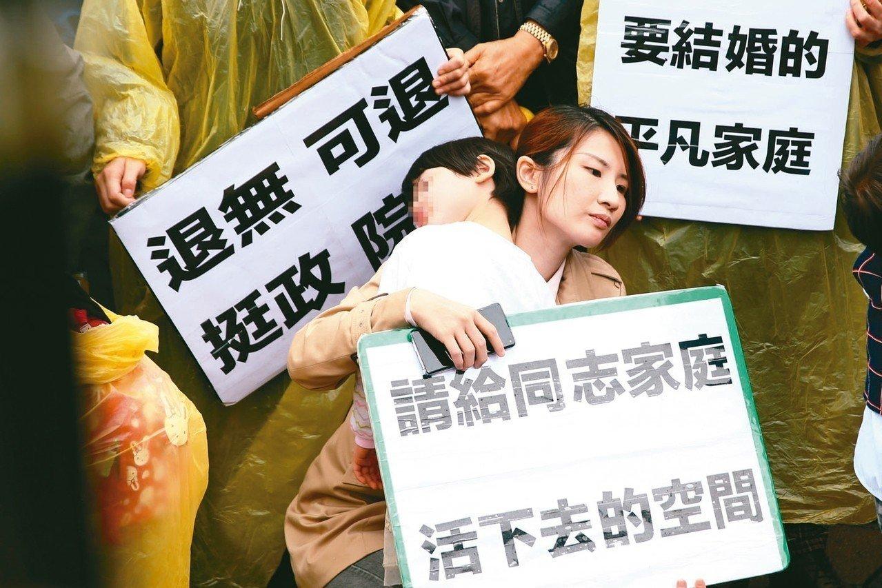 婚姻平權大平台上午在立院前抗議,同志家庭帶著孩子手舉標語高呼同志家庭沒有不同。 ...