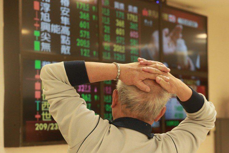 美中貿易談判疑慮,投資人注意盤面變化,研究個股走勢。 記者黃義書/攝影