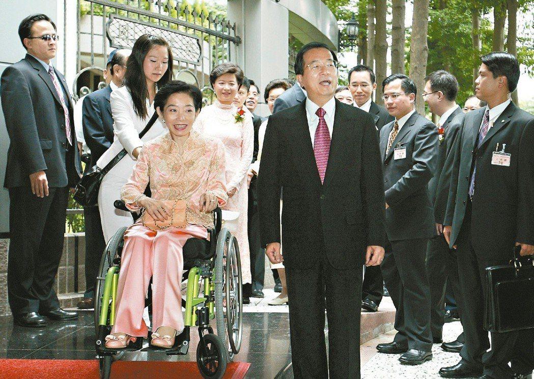 2005年6月,陳水扁、吳淑珍夫婦風光地到台中參加兒子陳致中訂婚儀式。 本報資料...