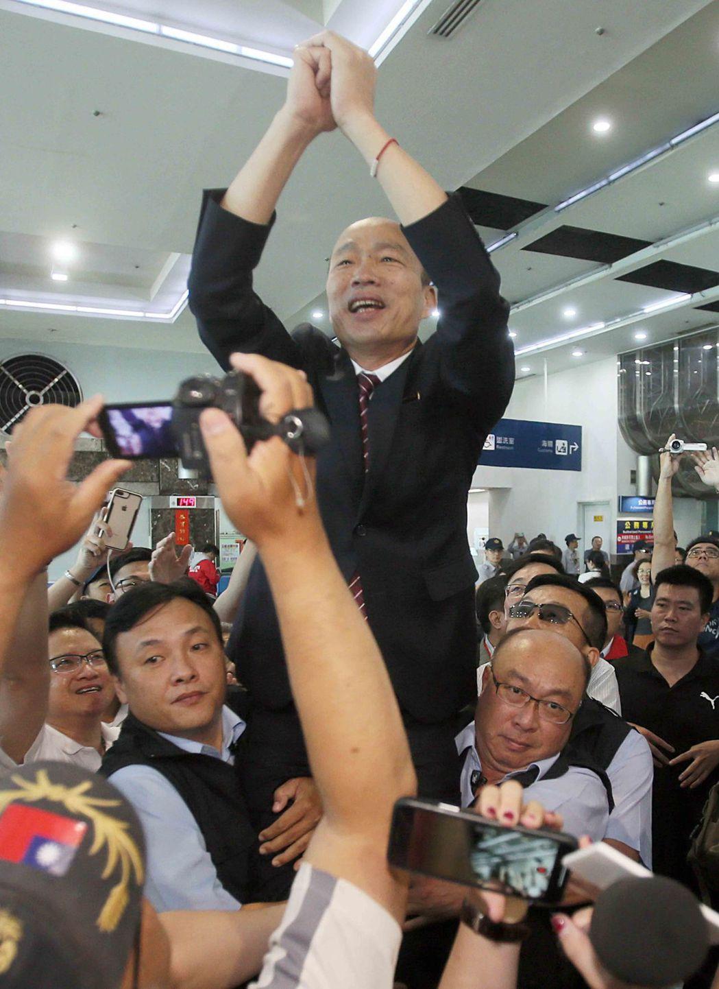 高市長韓國瑜3月結束訪中行程返抵高雄小港機場時,自承是他要求兩名隨扈把他高高抬起...