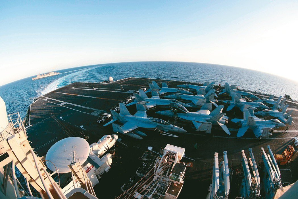 中東局勢緊張,美方派遣航空母艦打擊群和轟炸機前往波灣地區。圖為林肯號航母。 美聯...