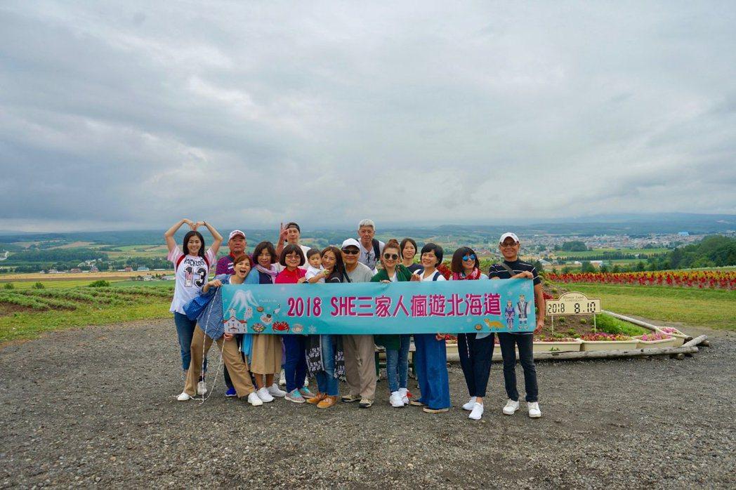 S.H.E三家人去年同遊北海道。 圖/擷自任爸and任媽微博
