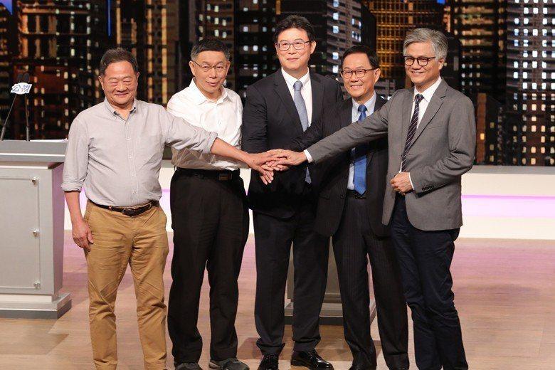 許多人難忘2018年台北市長候選人辯論會時,無黨籍候選人吳蕚洋推薦蜂蜜檸檬與大展歌喉的表現。 圖/公視提供