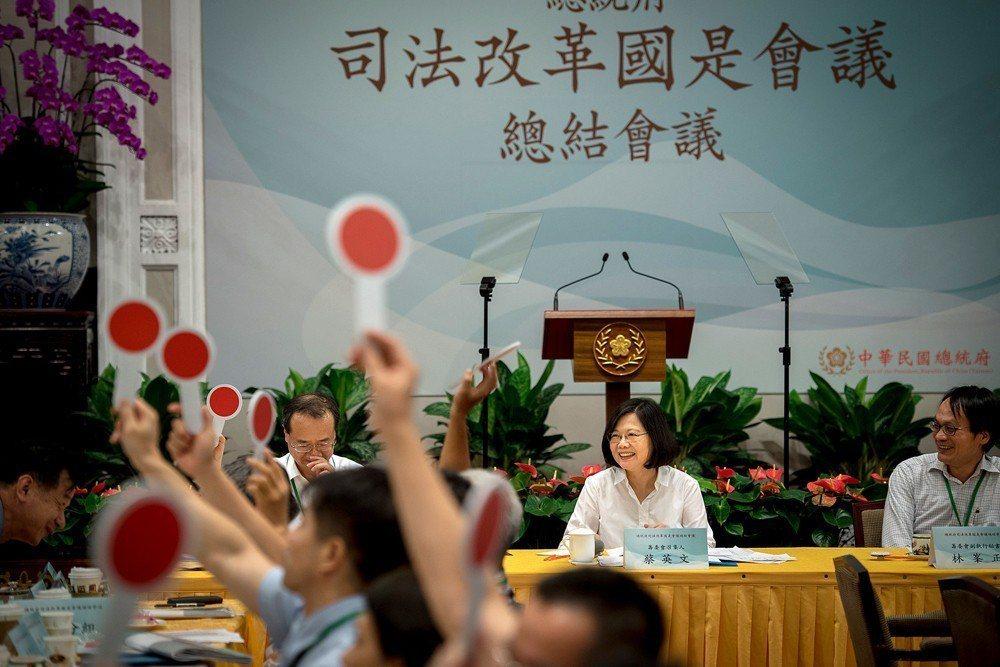 《法官法》草案配合106年司法改革國是會議的結論,試圖引進更多外部人士參與評鑑過程。 圖/取自總統府 Flickr