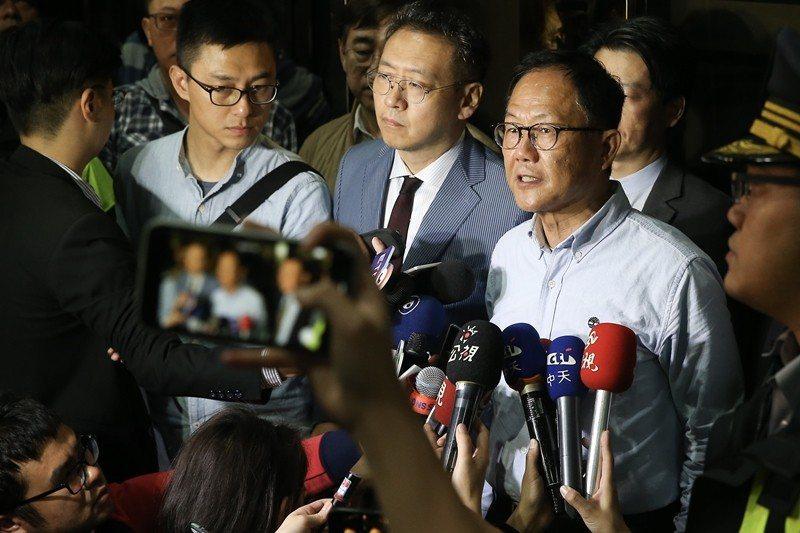 2018年11月25日凌晨,國民黨台北市長候選人丁守中(右一)到台北地方法院提出...