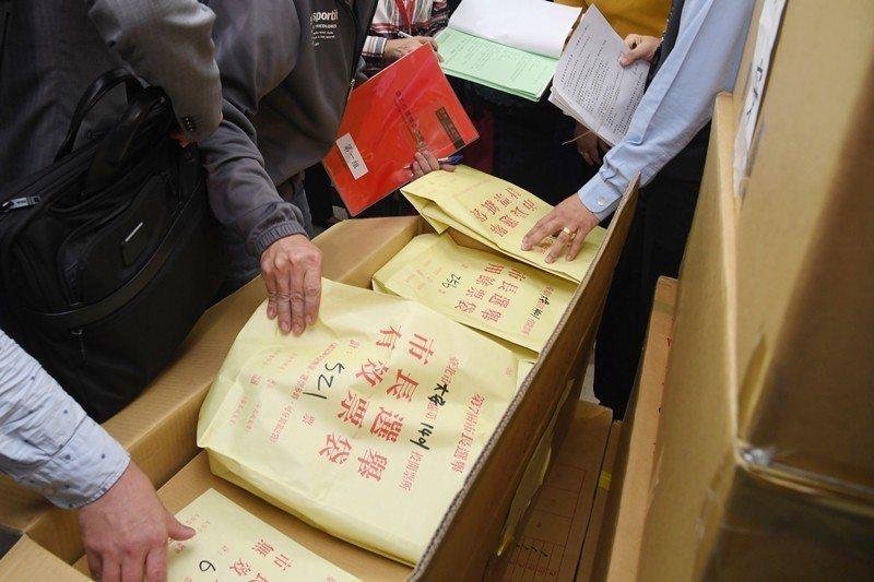 11月28日,台北地方法院承審法官與雙方律師前往台北市選委會,啟動重新計票的查封程序。 圖/台北市攝影記者聯誼會提供