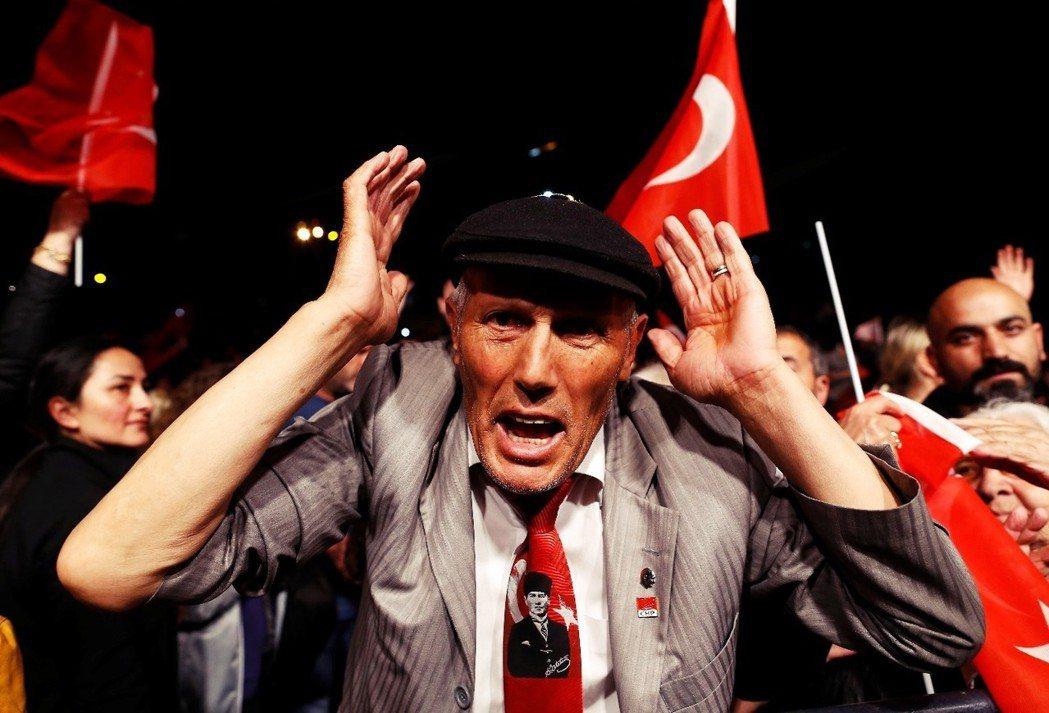 「土耳其的民主選舉,要變成一場玩笑嗎?」圖為5月6日,「選舉無效」確認當天,伊斯...