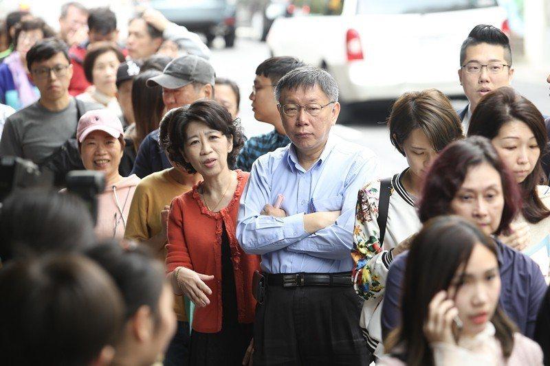 投票當天,台北市長候選人柯文哲(中右)在妻子陳佩琪(中左)陪同下到北市圖啟明分館投票。 圖/聯合報系資料照