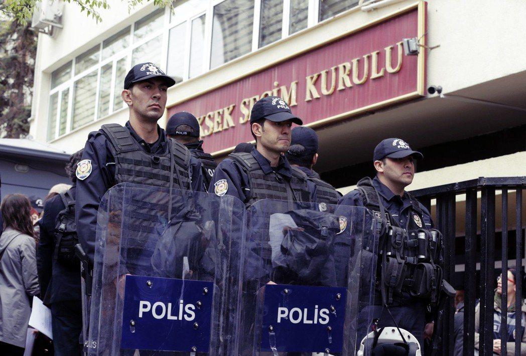 YSK的大轉彎引起民間不小的反彈,批評AKP打壓、干涉YSK決定的反對聲浪四起,...