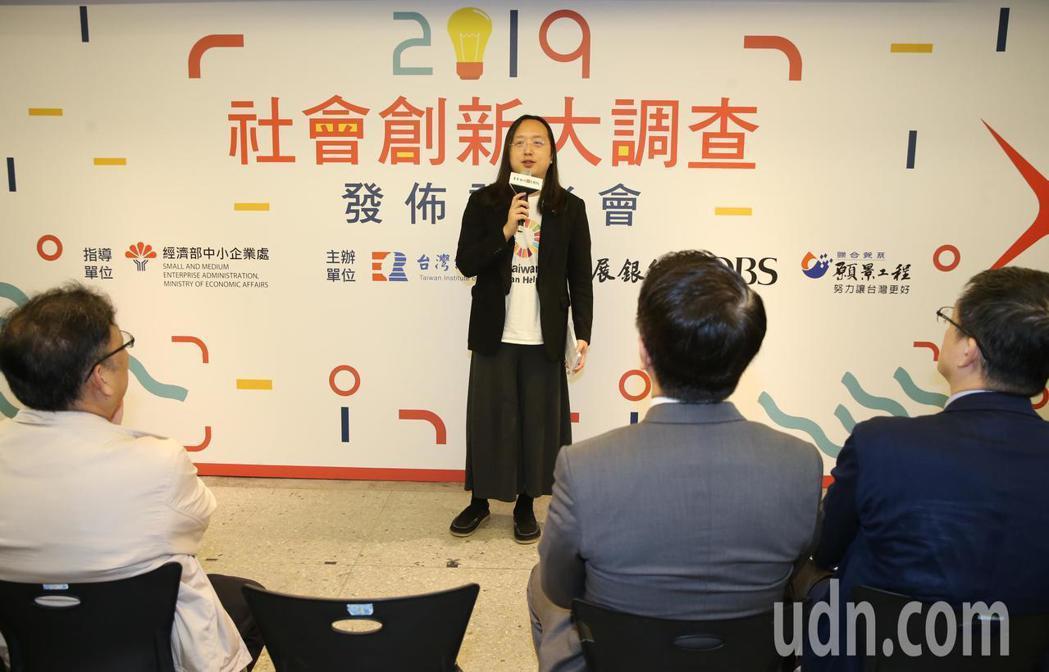 行政院政務委員唐鳳(中)上午出席星展銀行與聯合報系願景工程及台灣經濟研究院舉辦2...