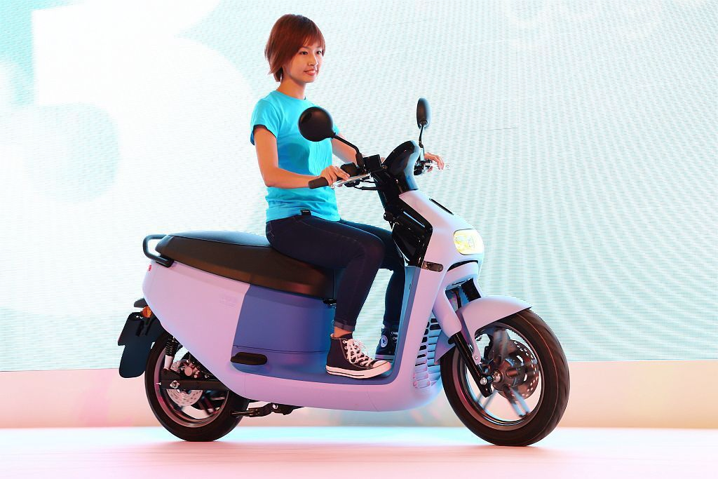 Gogoro 3系列搭載SBS同步煞車系統並採前14吋、後13吋的歐規輪胎,大幅...