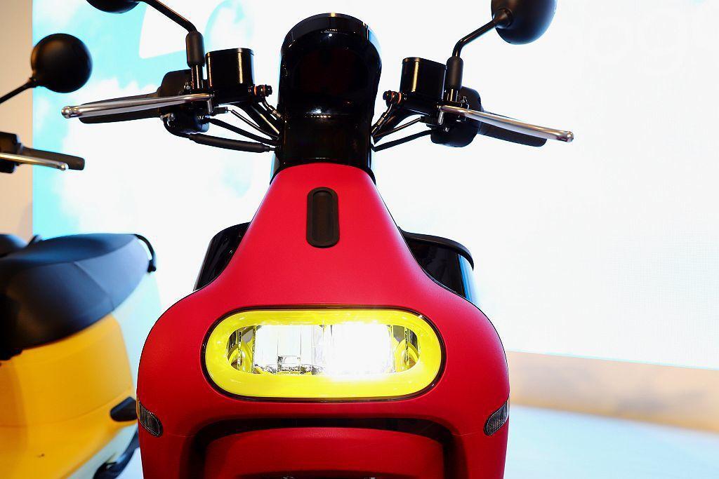 Gogoro 3全新一代的水滴型車頭設計,透過切削式車體的呈現,帶出無死角路感哲...