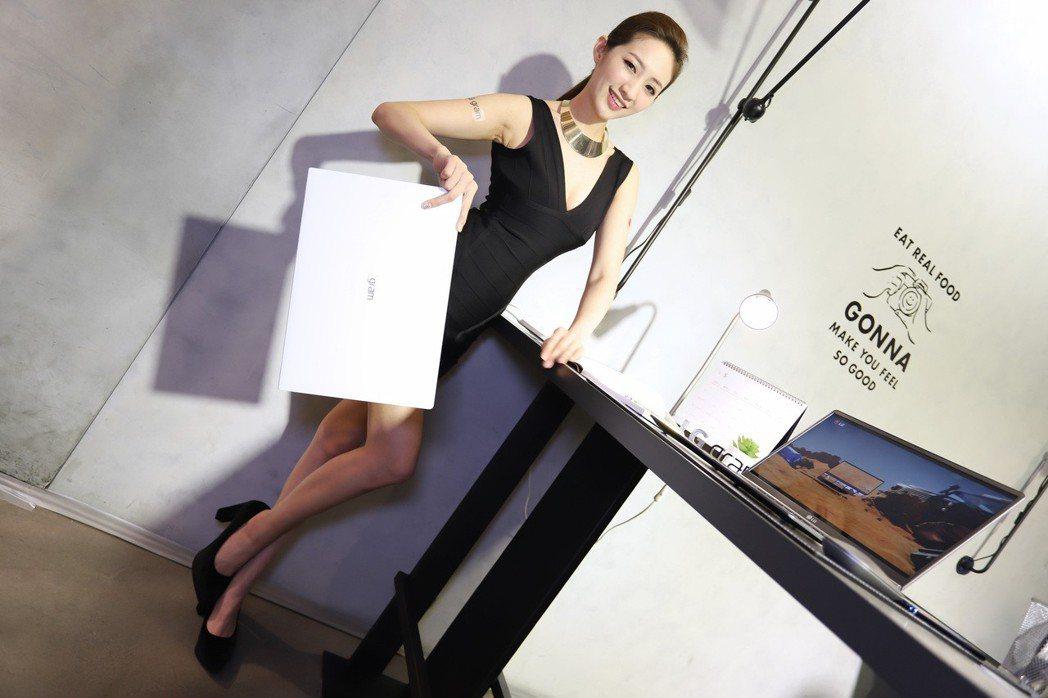 LG gram Z990系列中17吋產品僅1,340公克。 彭子豪/攝影
