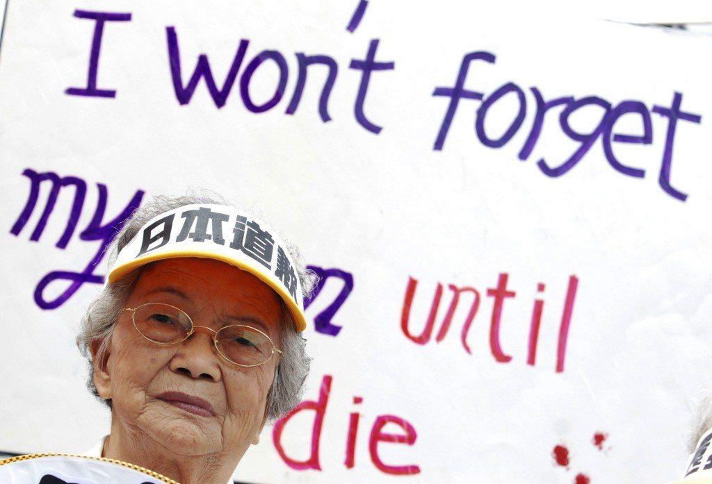 一名台籍慰安婦對日本政發出抗議。 圖/美聯社