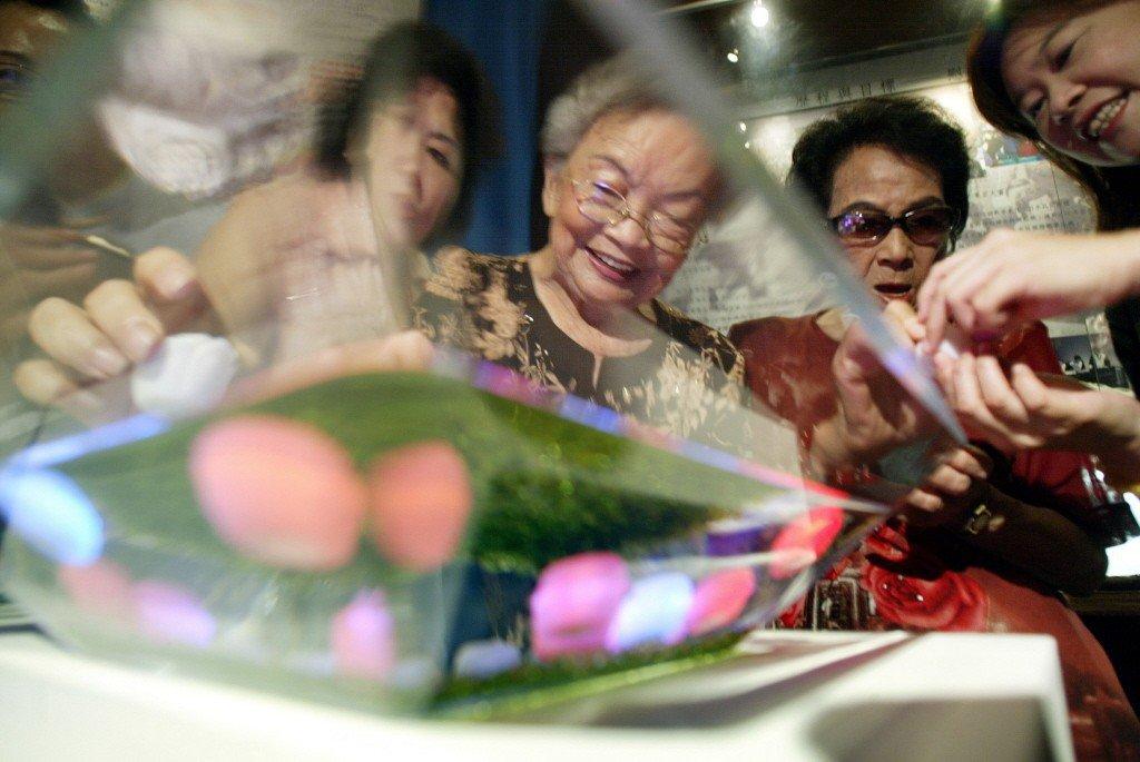 圖為吳秀妹阿嬤(左二)與盧滿妹(右二)出席「月光─慰安婦生命故事影像展」揭幕記者會。 圖/聯合報系資料照