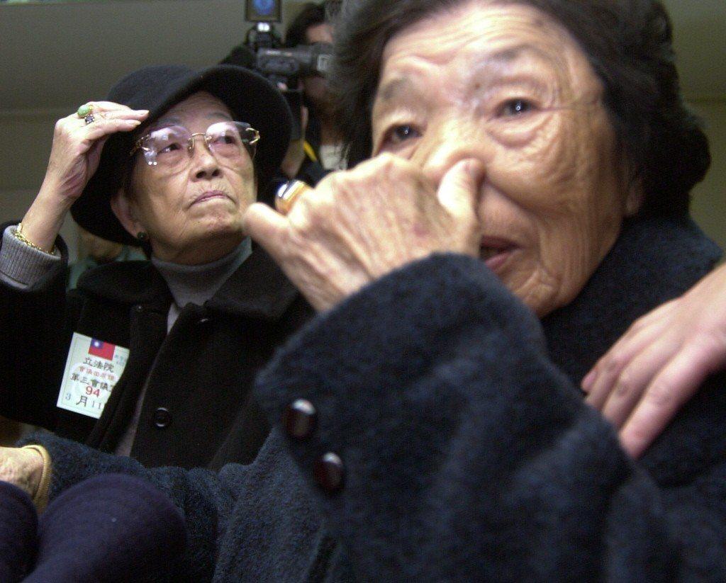 圖為2005年,小桃阿嬤聽聞日本東京高等法院宣判台灣慰安婦要求日本政府損害賠償案敗訴後難過落淚。 圖/聯合報系資料照