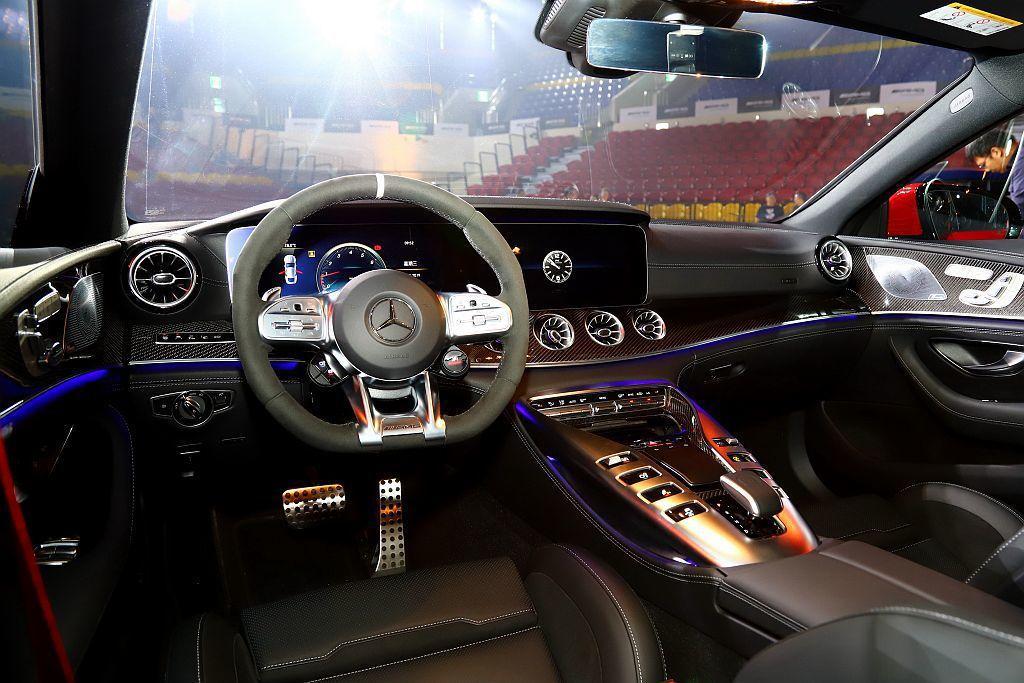 Mercedes-AMG GT 4-Door Coupe前座相同具備12.3吋高...