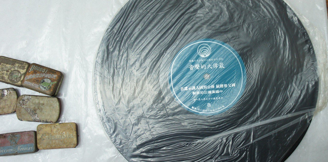 臺南一中校藏《最偉大的聲音》唱片,左側為舊式留聲機唱針。(臺南一中典藏,周宜穎拍...