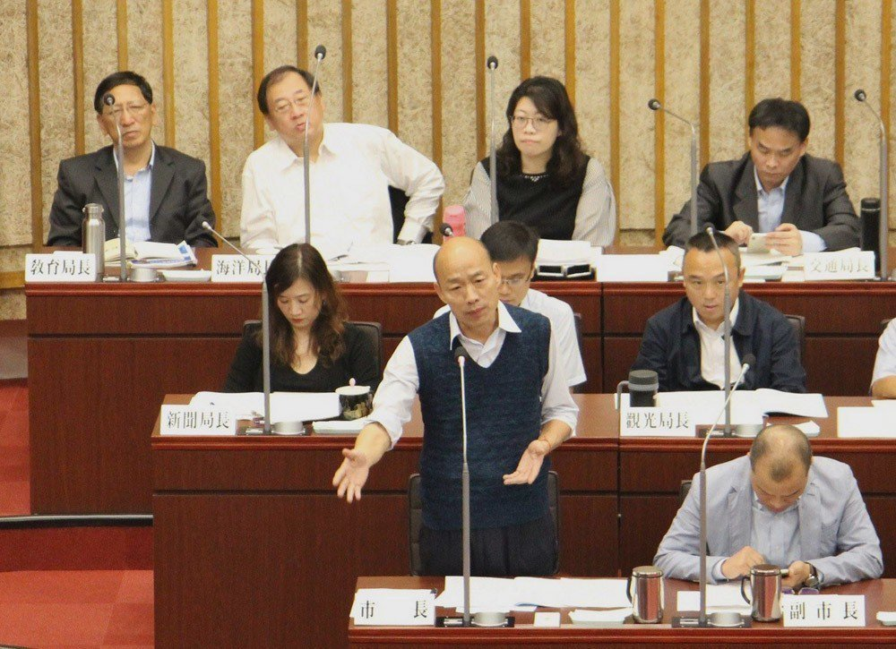 韓國瑜(前左)在市議會的表現,讓藍營支持者相當擔心。高雄市政府提供