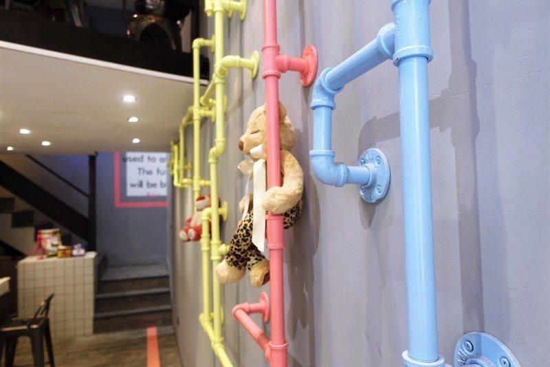 (圖/台灣旅行趣) ▲粉色系的水管牆,上面還擺著娃娃,感覺又更夢幻了啊。