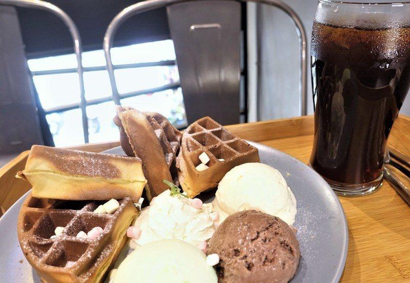 (圖/台灣旅行趣) ▲三色鬆餅的冰淇淋有情人果、巧克力、香草三種口味,沾上鬆餅一...