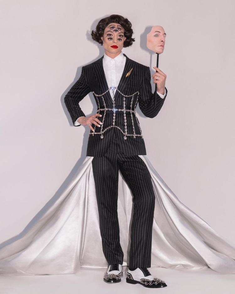 伊薩米勒在本屆Met Gala以Burberry的服裝搭配多眼妝容。圖/Burb...