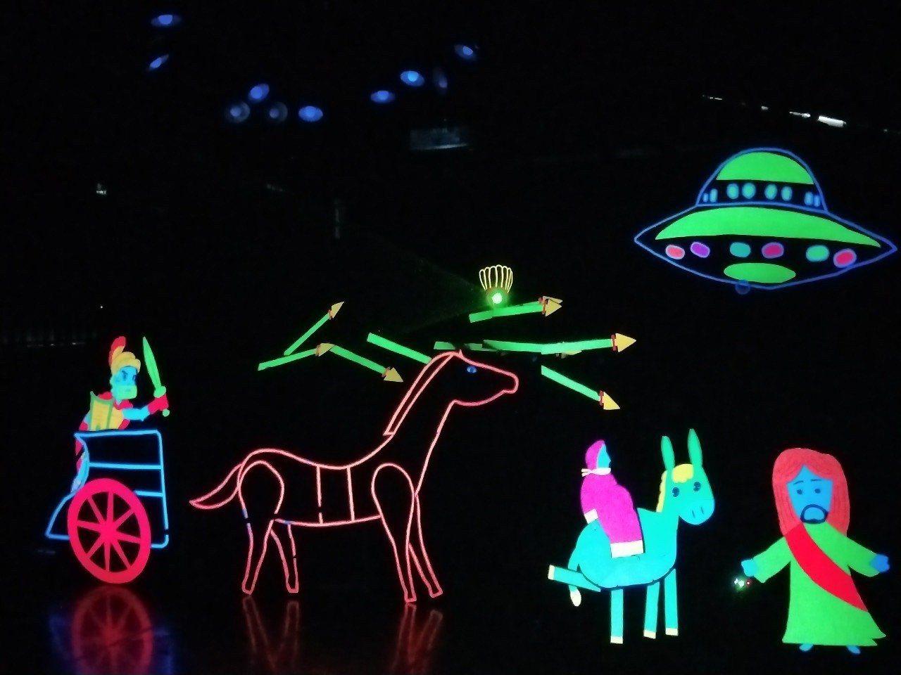 幼保科「叩叩叩禮物來了」,全程搭配雷射光、LED 燈以及震撼人心的背景音樂。圖/...