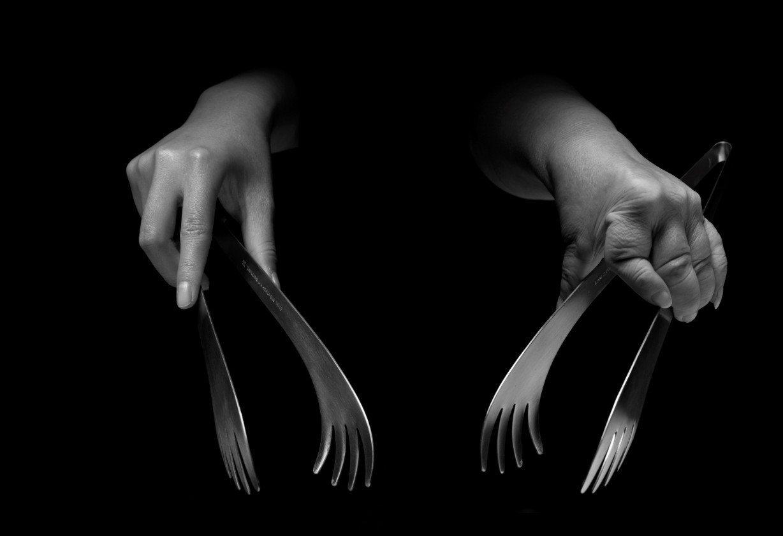 在「牽手」攝影展中,透過影像比對類風濕性關節炎病患與正常人的手指之差異。圖/類風...