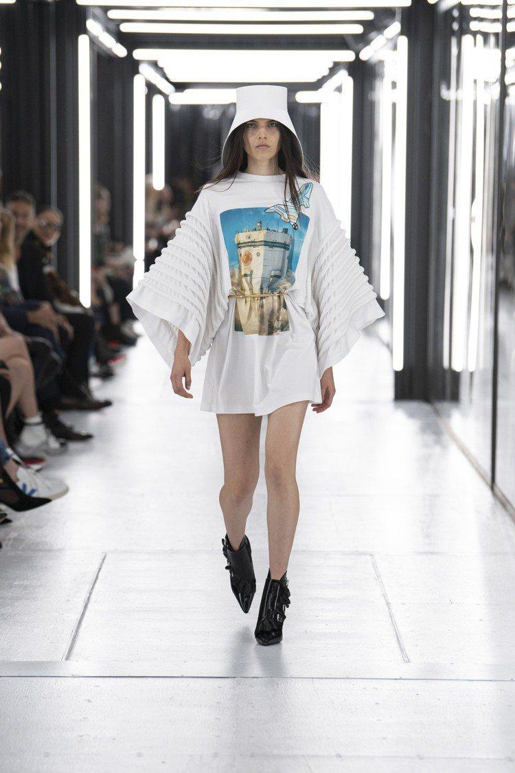 楊丞琳演繹的印花連身裙為2019春夏系列。圖/LV提供