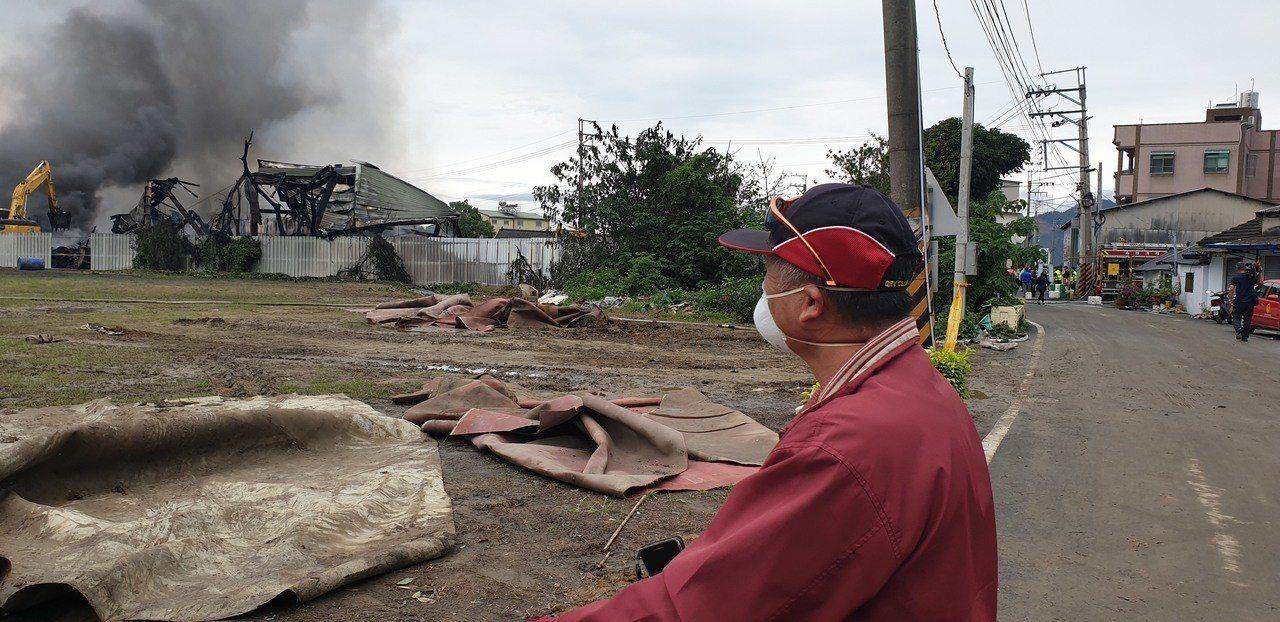 后里廢輪胎大火,居民戴口罩。記者游振昇/攝影