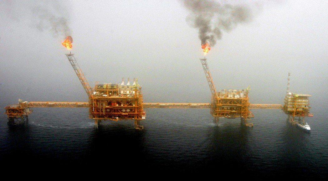 伊朗首都德黑蘭南方的波斯灣Soroush油田產油平台。 (路透)