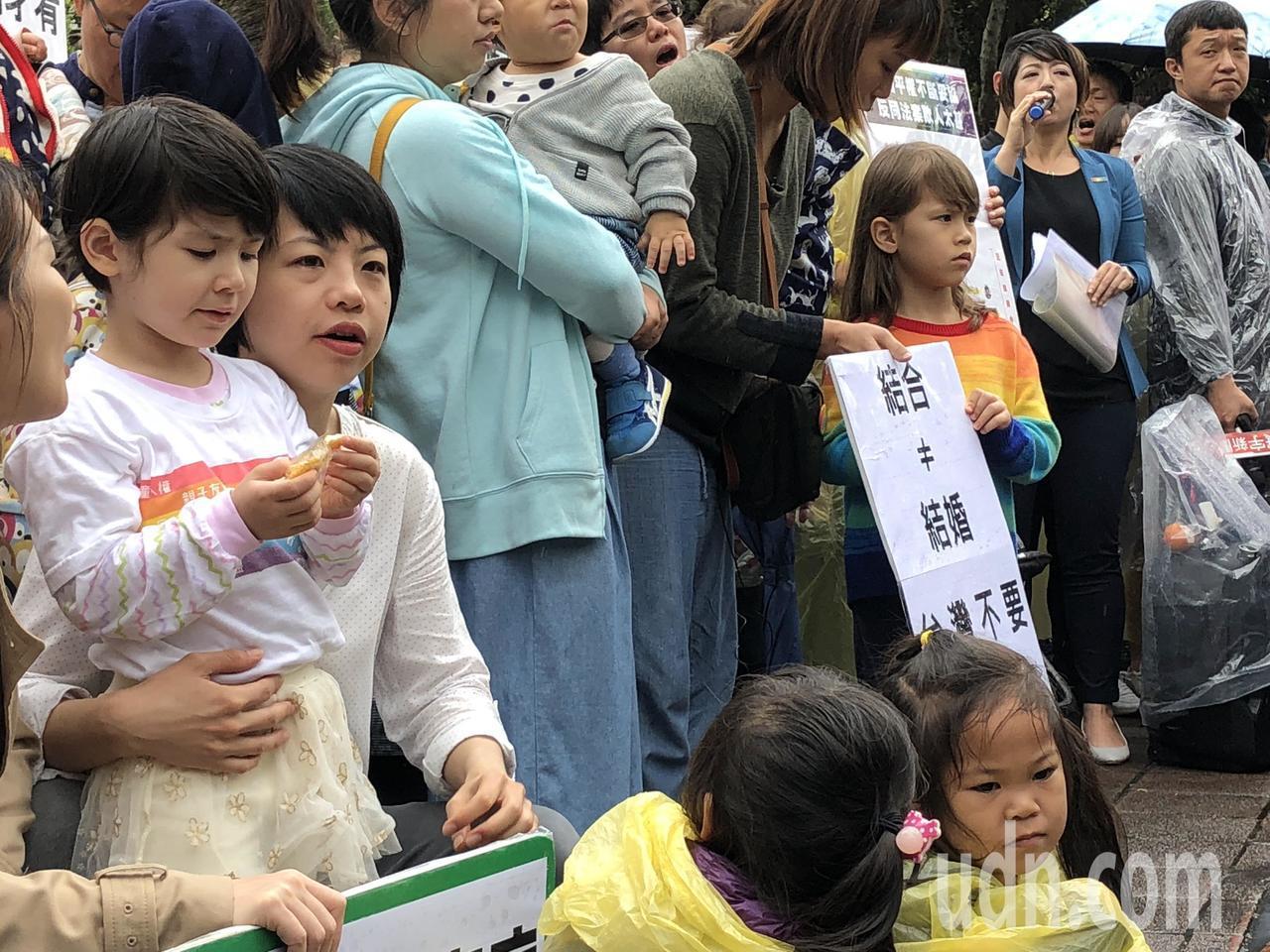 台灣同志家庭權益促進會今早在立法院門口召開記者會,現場聚集全台超過40個同志家庭...