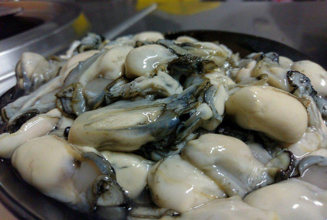 布袋鮮蚵現在正值產季、鮮嫩肥美,川燙就很好吃。記者卜敏正/攝影