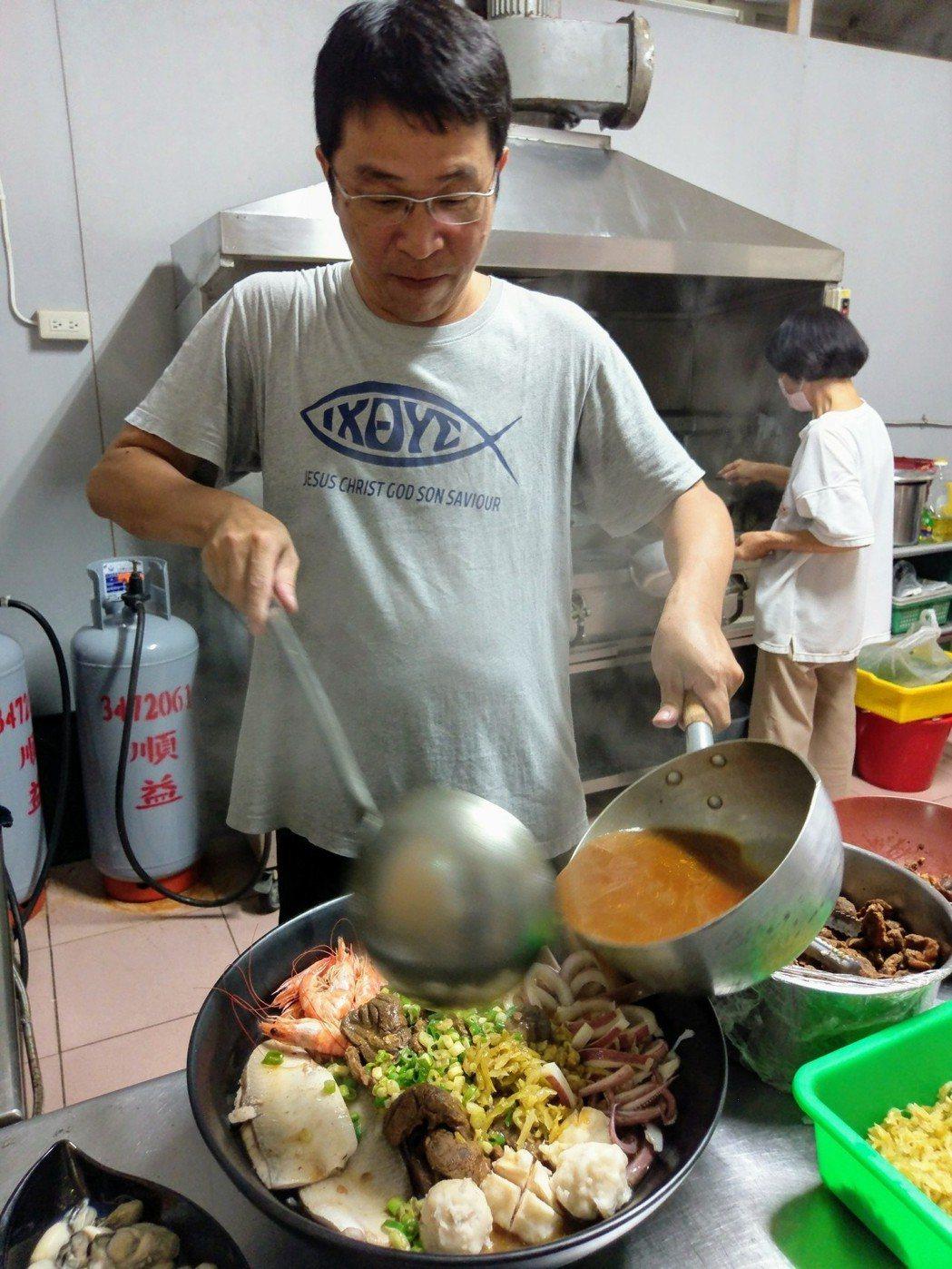 陳怡樵強調,海鮮食材都是當天產地採買、新鮮製作。記者卜敏正/攝影