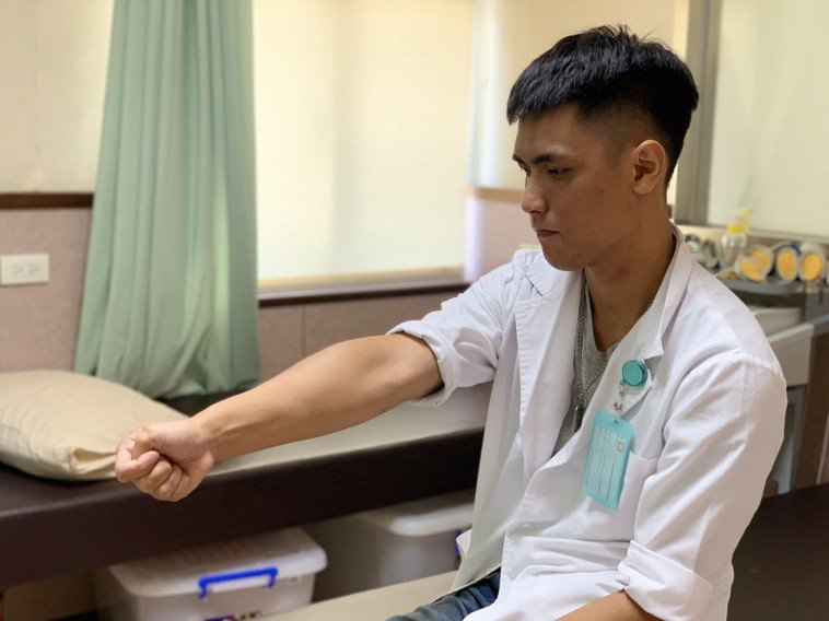 第一招「拇指肌牽拉運動」:拇指握掌內,往小指方向移動,至會疼痛時停止,停留10-...
