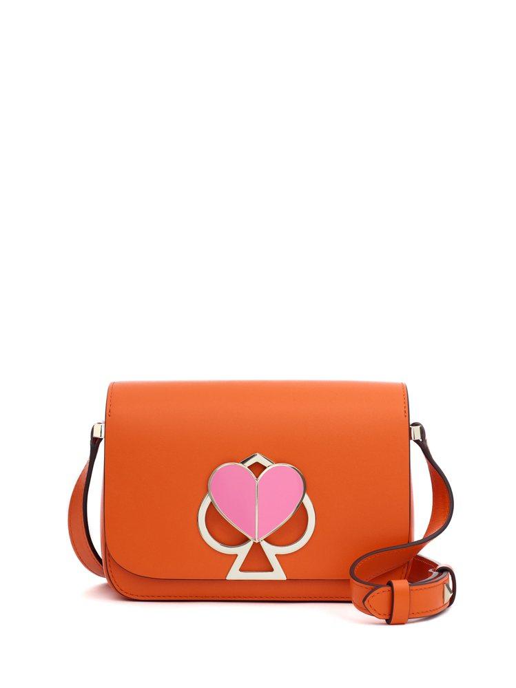 黑桃心金屬旋釦撞色Nicola手袋,是夏日搶眼新品。圖/Kate Spade提供
