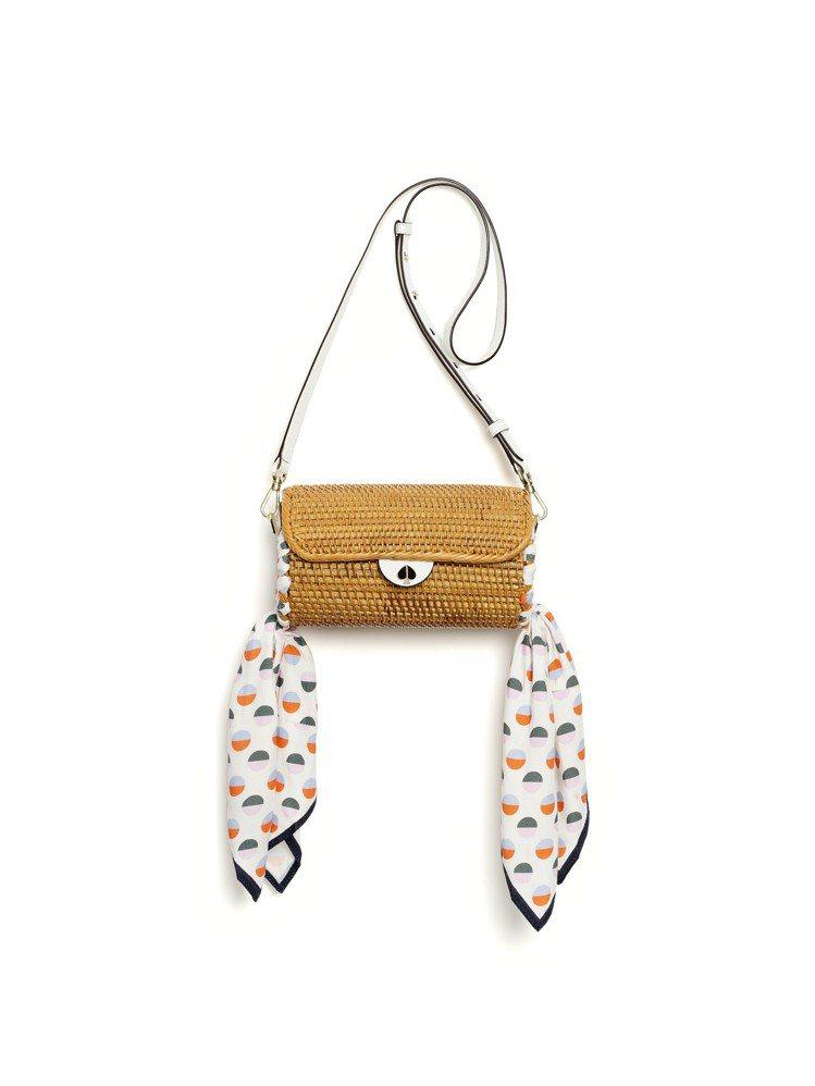 藤編小提包與絲巾搭出夏天輕盈的風格。圖/Kate Spade提供