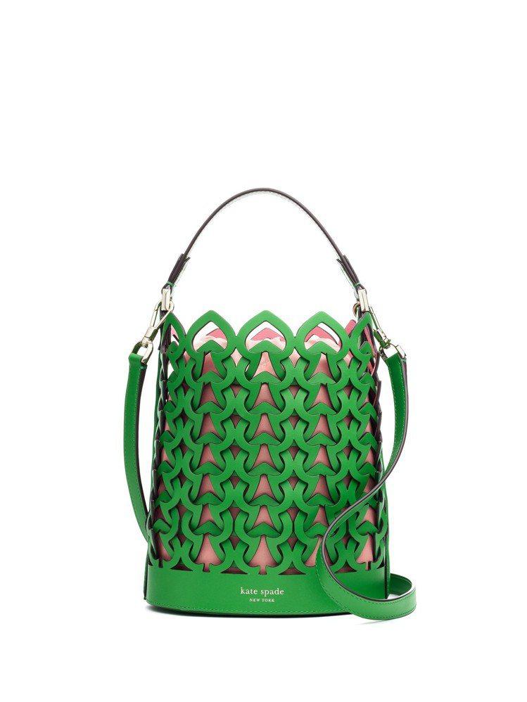 今年夏天不能缺少綠色包款,這是以黑桃心作為線條結構的鏤空編織手袋。圖/Kate ...