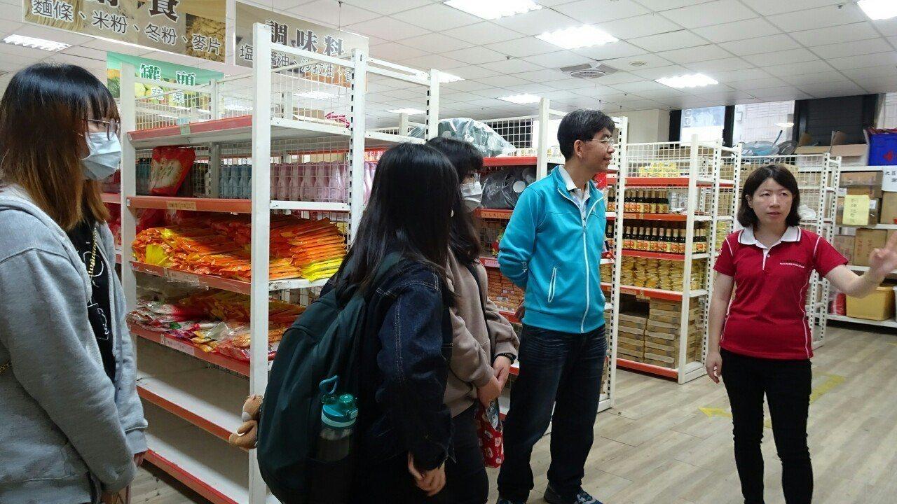 靜宜大學師生參訪食物銀行。圖/靜宜大學提供
