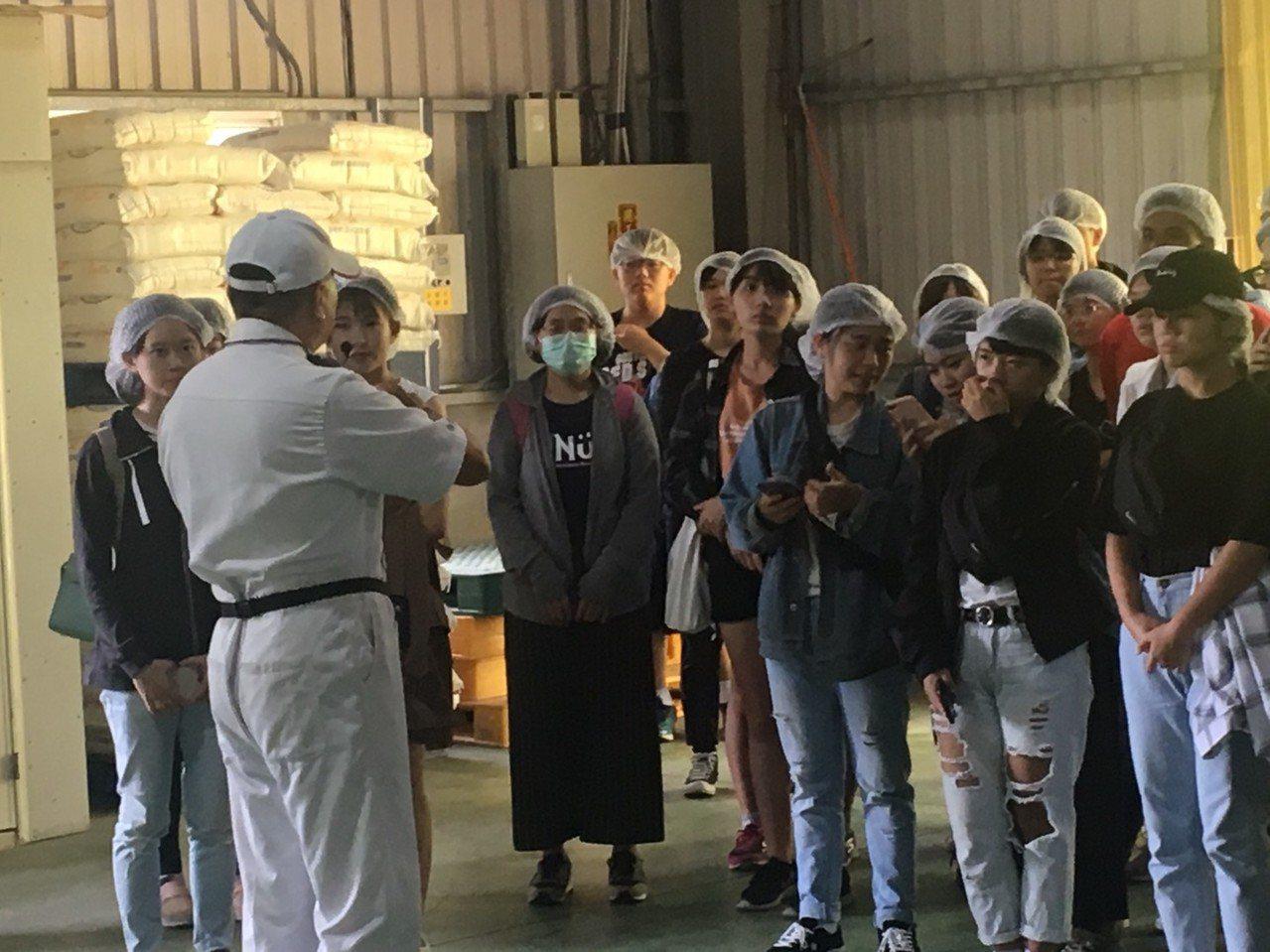 高雄大學師生至合進製麵廠參訪。圖/高雄大學提供