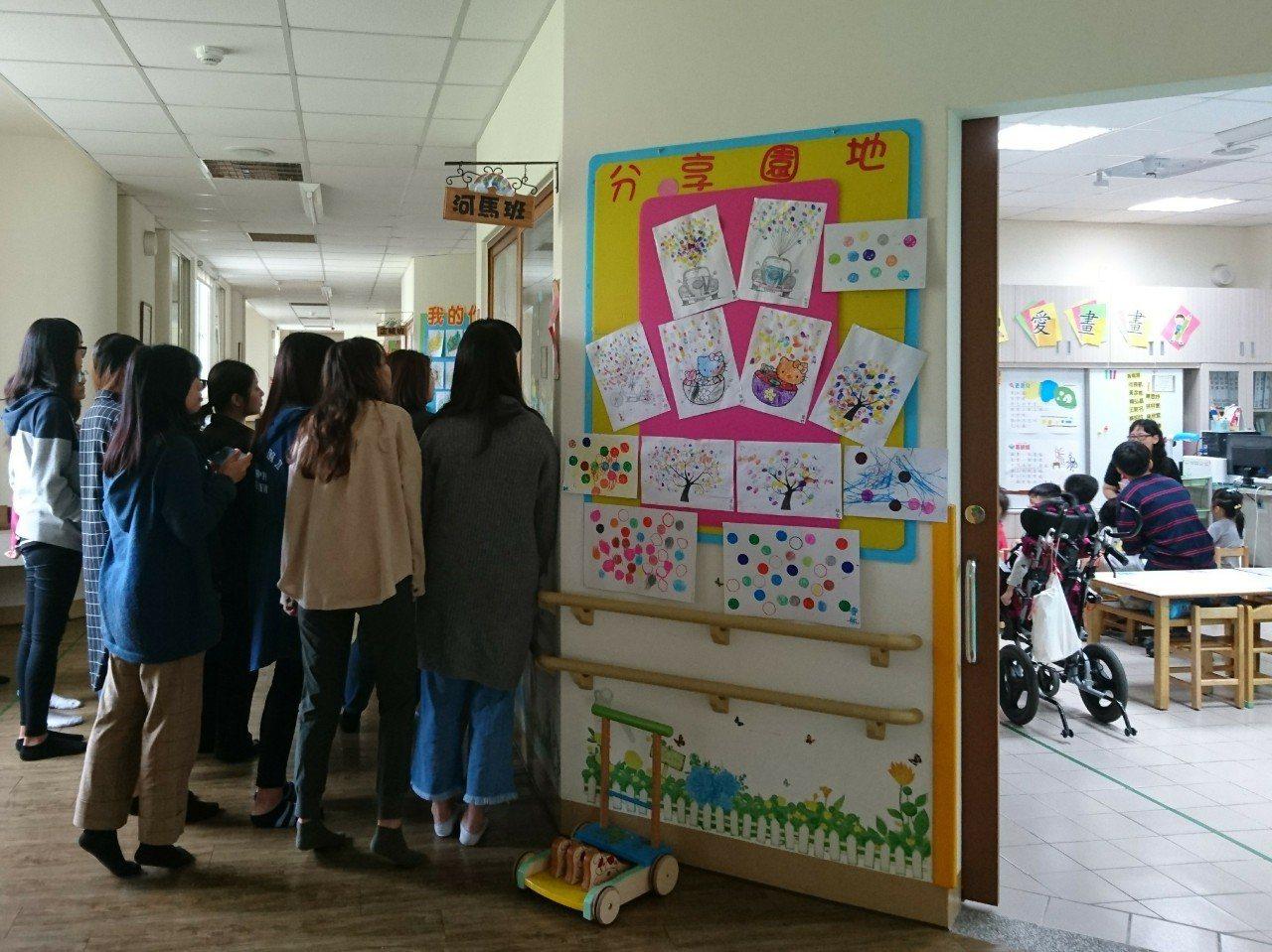 嘉義大學師生至晨光智能中心參訪。圖/嘉義大學提供