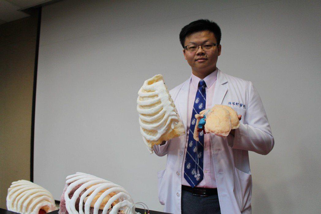 三總胸腔外科主治醫師林冠勳說,矽膠材質的肺葉切除手術訓練教具血管走向與人體一致,...