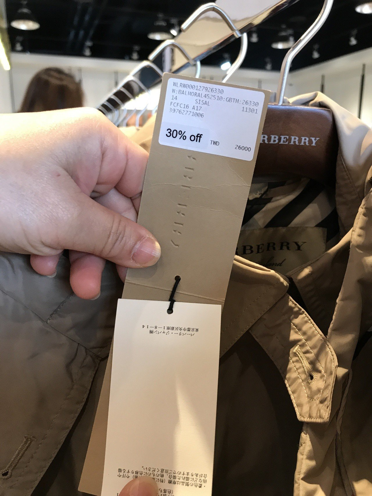 Burberry經典風衣outlet價7折。記者江佩君/攝影