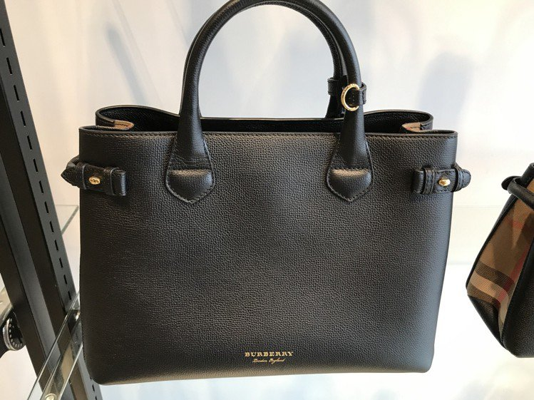 Burberry黑色拼貼格紋手提包原價5萬5,000元,7折後3萬8,500元。...