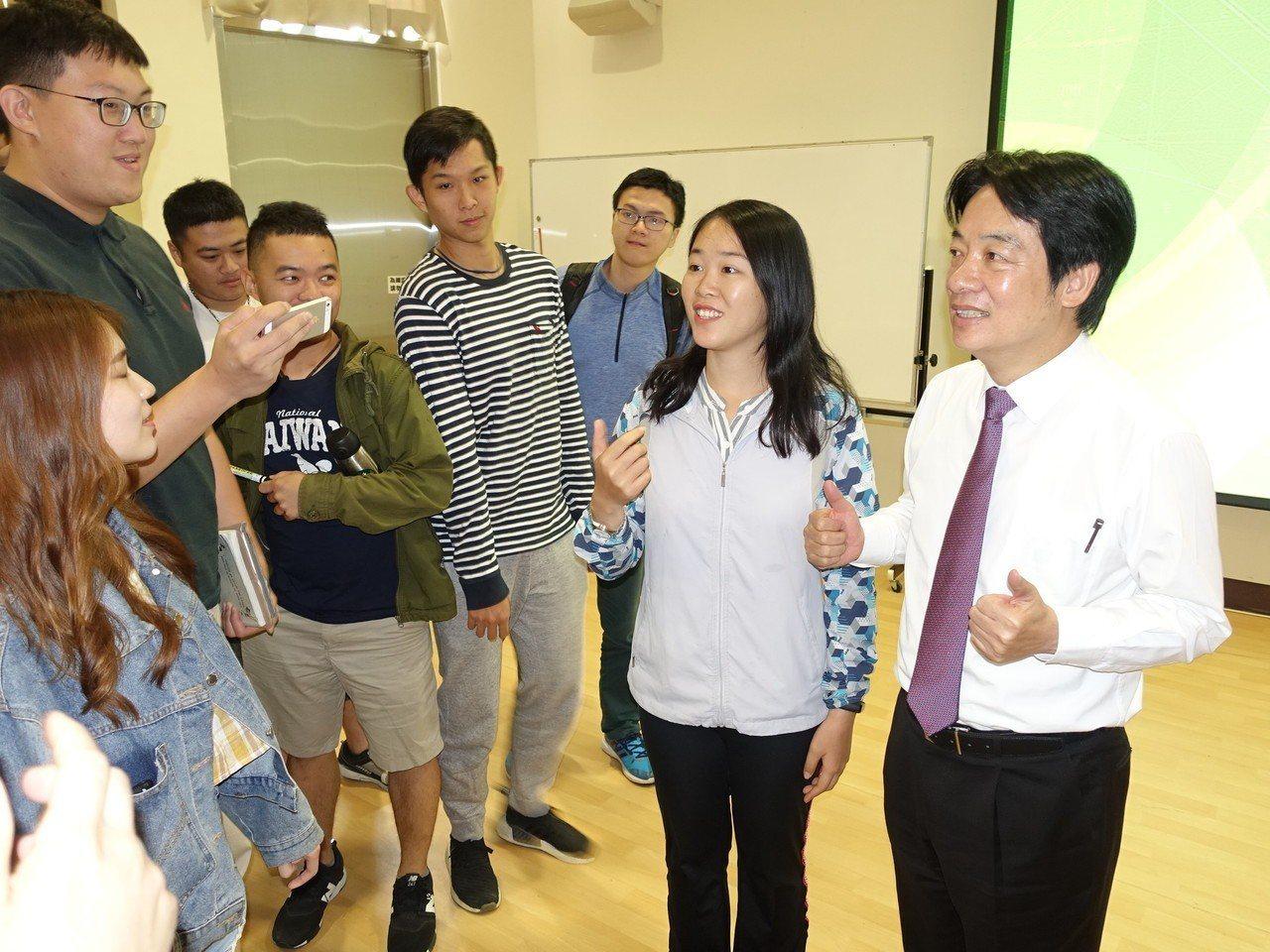 賴清德到屏科大演講,受到學生熱烈歡迎。記者翁禎霞/攝影