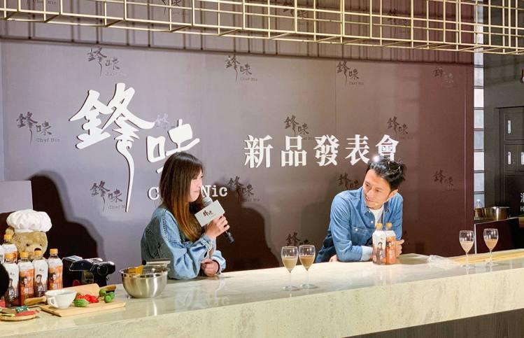 謝霆鋒與粉絲親切互動,品嘗新款奶茶。記者徐力剛/攝影