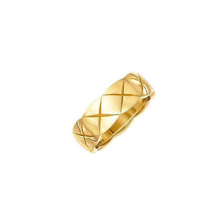 莉莉蘿絲戴普配戴的Coco Crush 18K黃金戒指小型款,76,000元。圖...