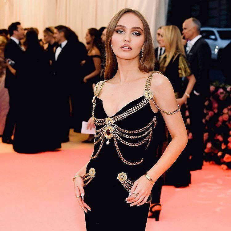 莉莉蘿絲戴普以1992年春夏一襲貼身鑲綴金色裝飾的高級訂製服,混搭多款香奈兒黃K金珠寶出席紐約大都會博物館慈善晚宴。圖/取自IG @chanelofficial