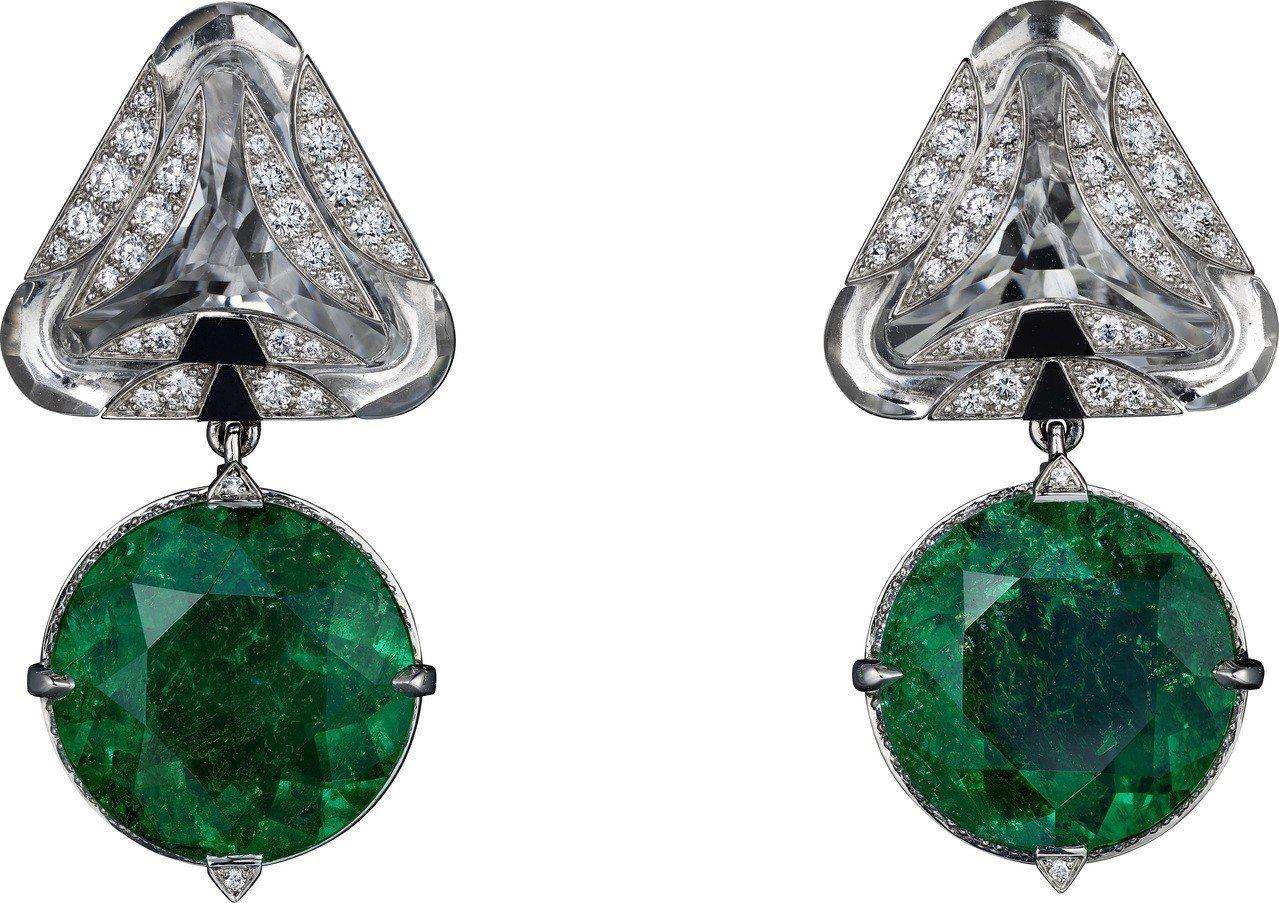 莉莉柯林斯配戴的卡地亞Magnitude頂級珠寶系列耳環,鉑金鑲嵌祖母綠、水晶、...